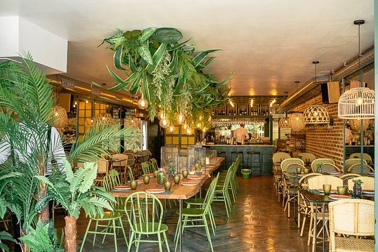 Restaurante con una decoración vegetal y modernista.