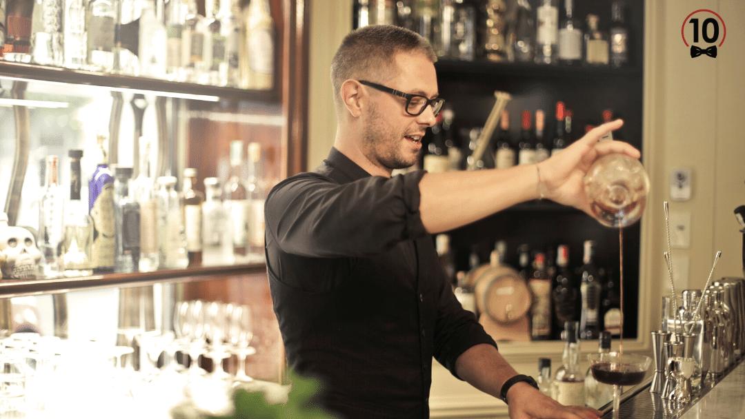 Dueño de negocio autónomo de hostelería haciendo un cocktail.