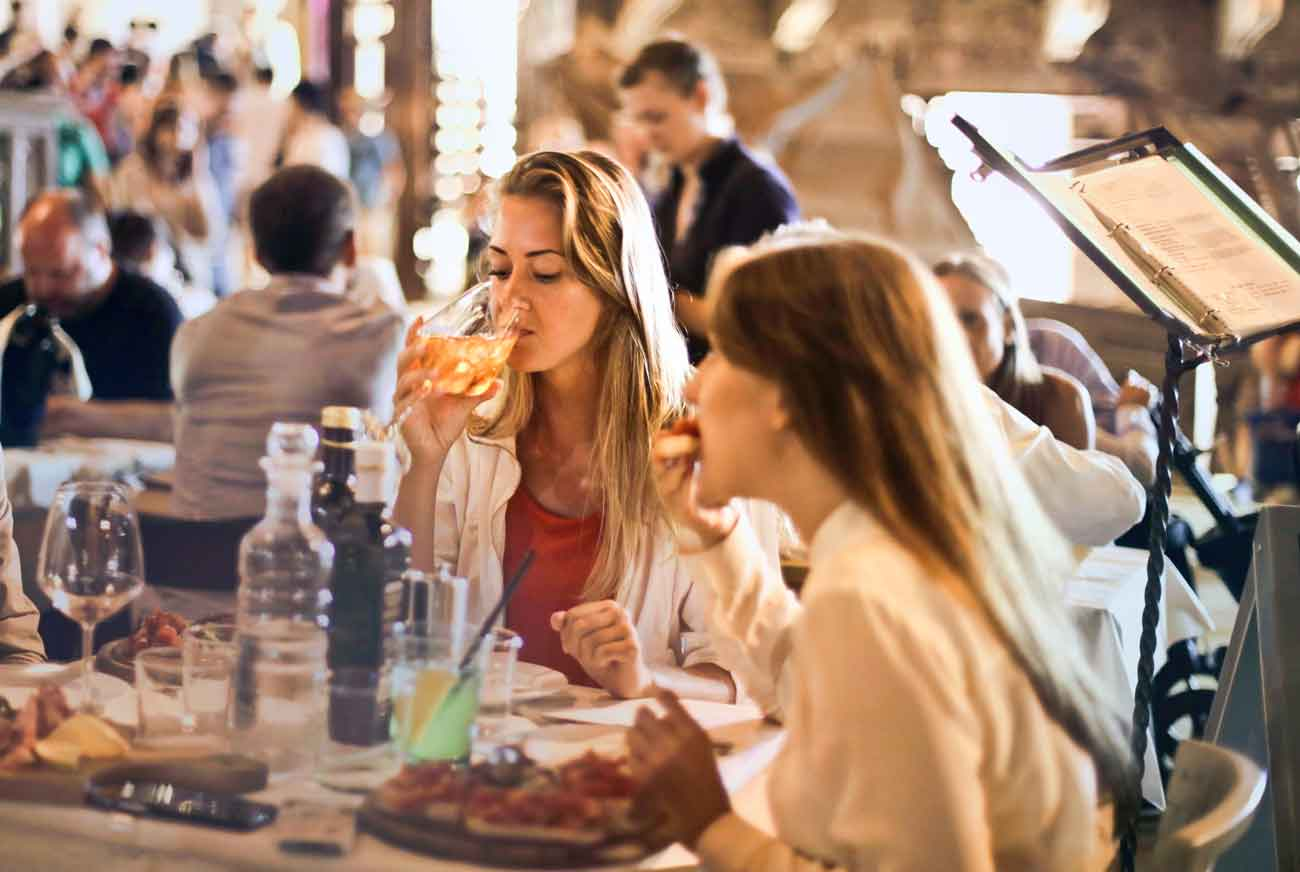 Mujer-bebiendo-vino
