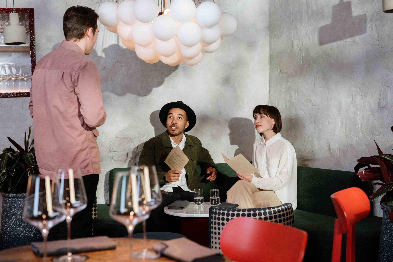Camarero atendiendo a clientes en un bar