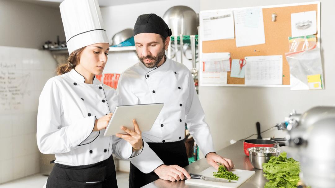 Cocineros recibiendo la comanda por tablet en cocina.