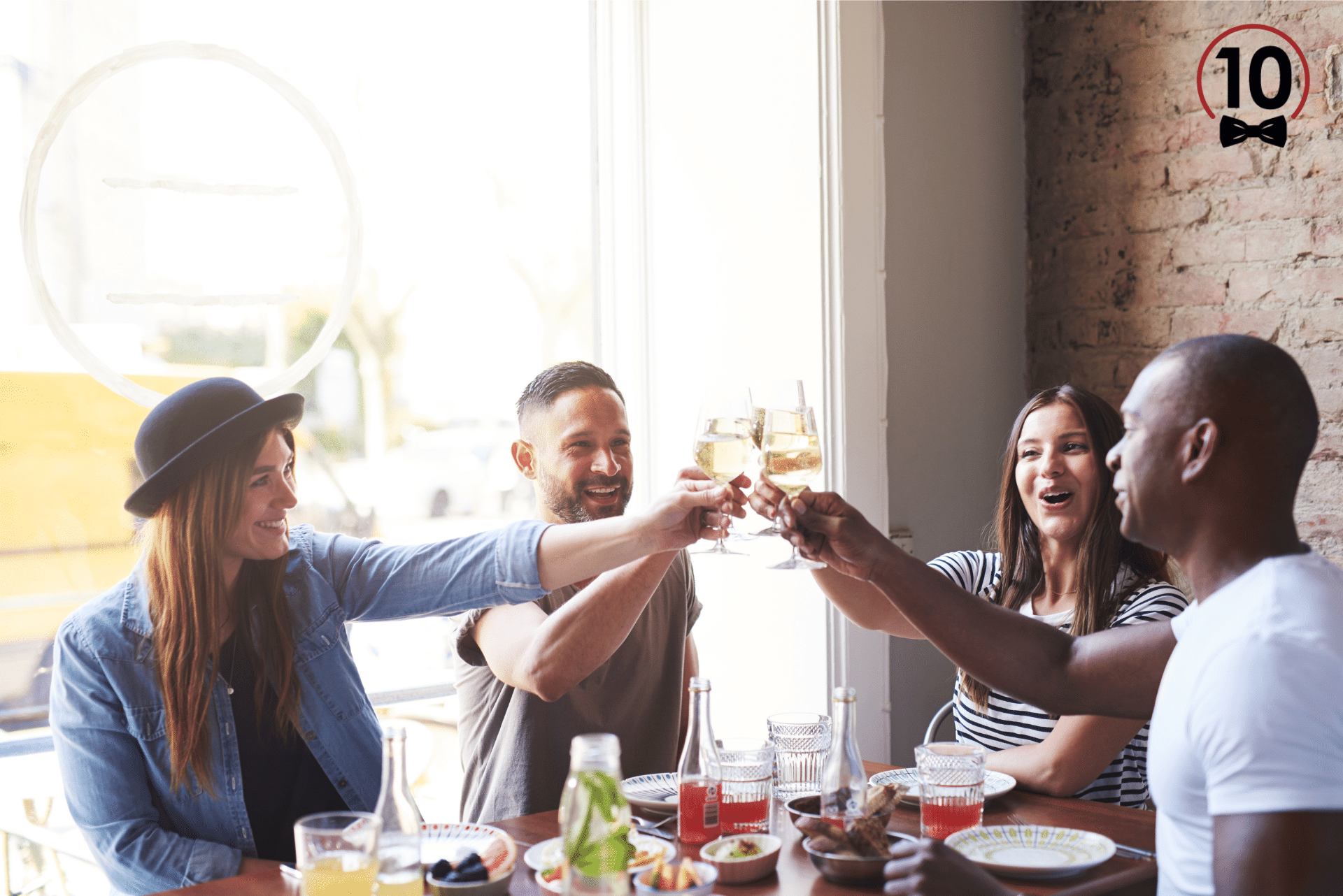 Grupo-de-amigos-comiendo-en-restaurante