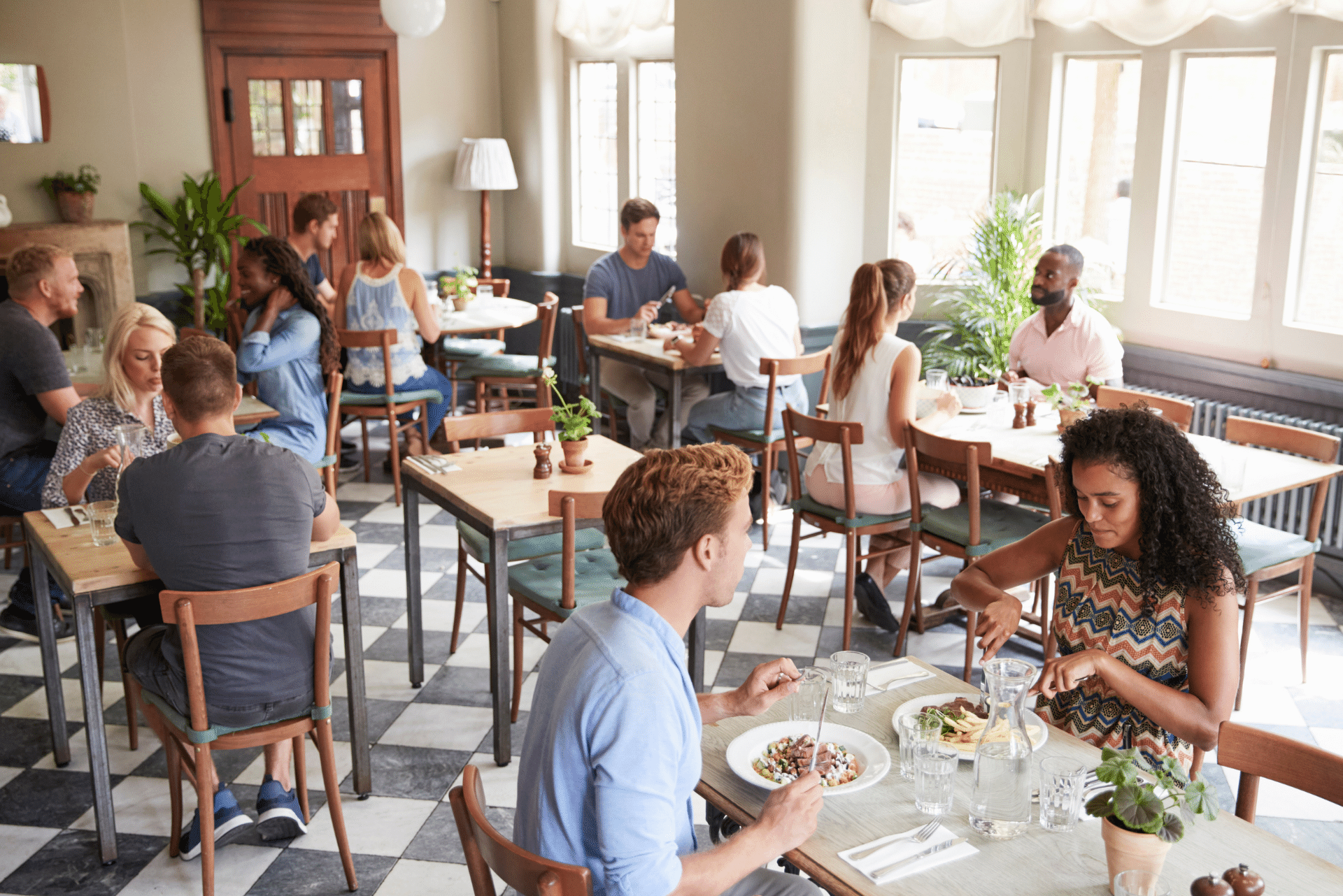restaurante-lleno-de-clientes-comiendo