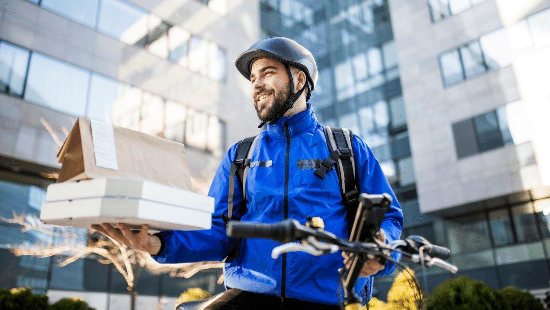 Imagen de un repartidor delivery llevando comida a domicilio