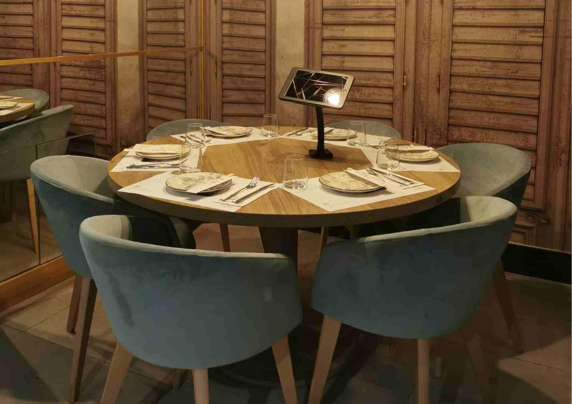 Mesa del restaurante sumo con una tablet para poder realizar pedidos