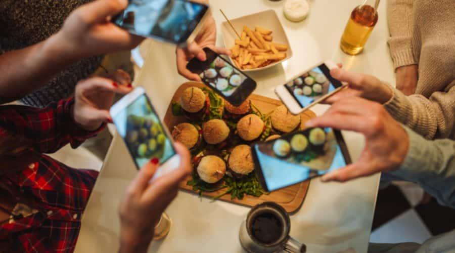 Cena con menús fast food de hamburguesas y patatas