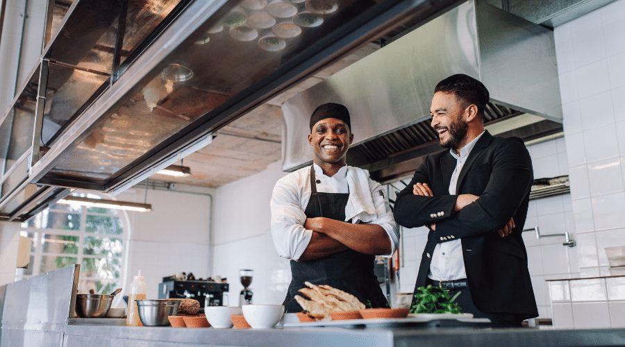 Cocineros en cocina de restaurante