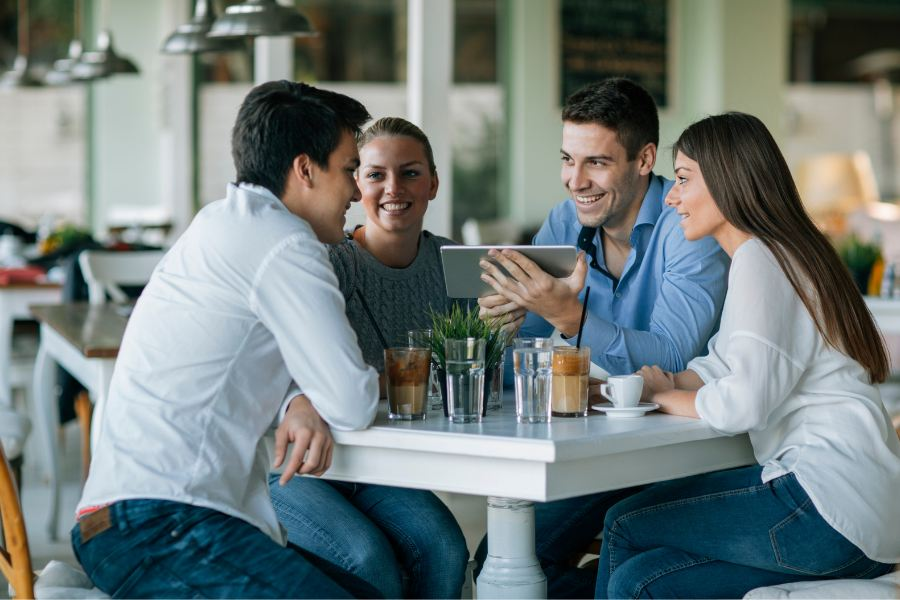 clientes consumiendo en un establecimiento